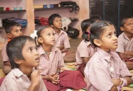 Niños escuchando a la maestra